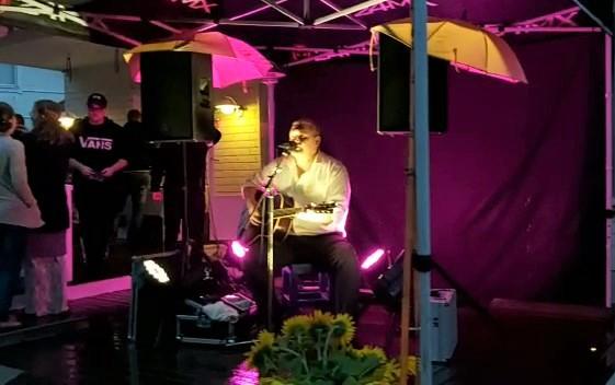Trubaduuri esiintymässä 50 juhlissa Tampereella.